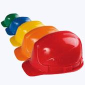 Строительная каска для защиты головы в магазине спецодежды.